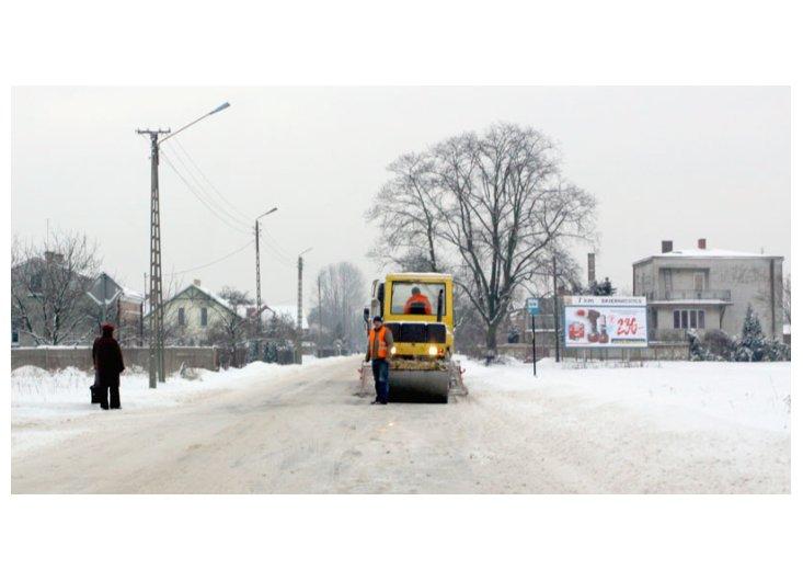 leją asfalt w na śnieg